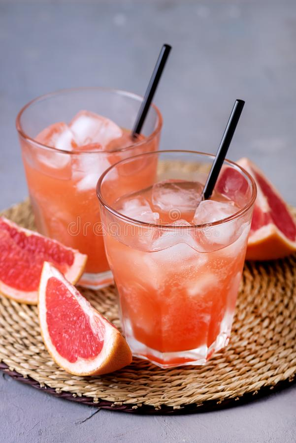 Två glas av Tasty Grapefruit Cold Drink eller Cocktail Refreshment Beverage Gray Background Cold Grapefruit Juice Vertical fotografering för bildbyråer