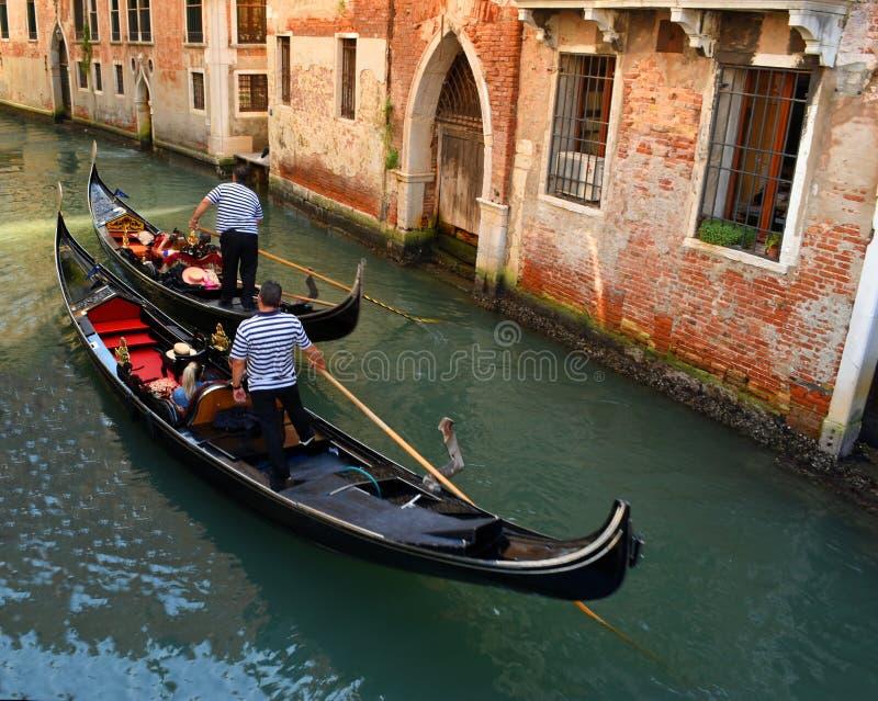 Två gondoler som navigerar den lilla Venedig kanalen arkivfoto