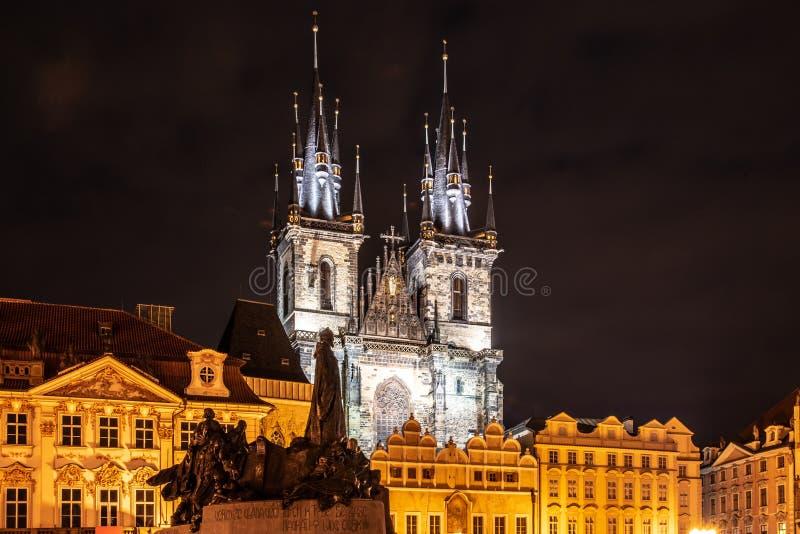 Två gotiska torn av kyrka av vår dam Before Tyn och Jan Hus Memorial på den gamla stadfyrkanten vid natt tjeckiska prague royaltyfri fotografi