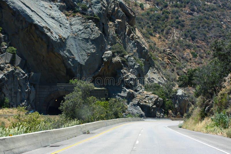 Två-gränd huvudväg med den branta stenblocket på backen arkivfoton