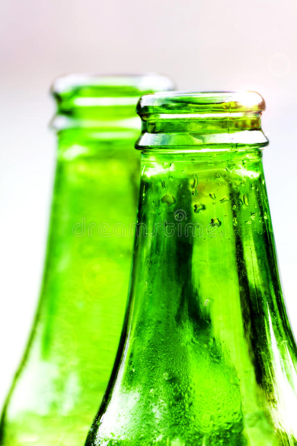Två gröna flaskor av sötvatten arkivbild