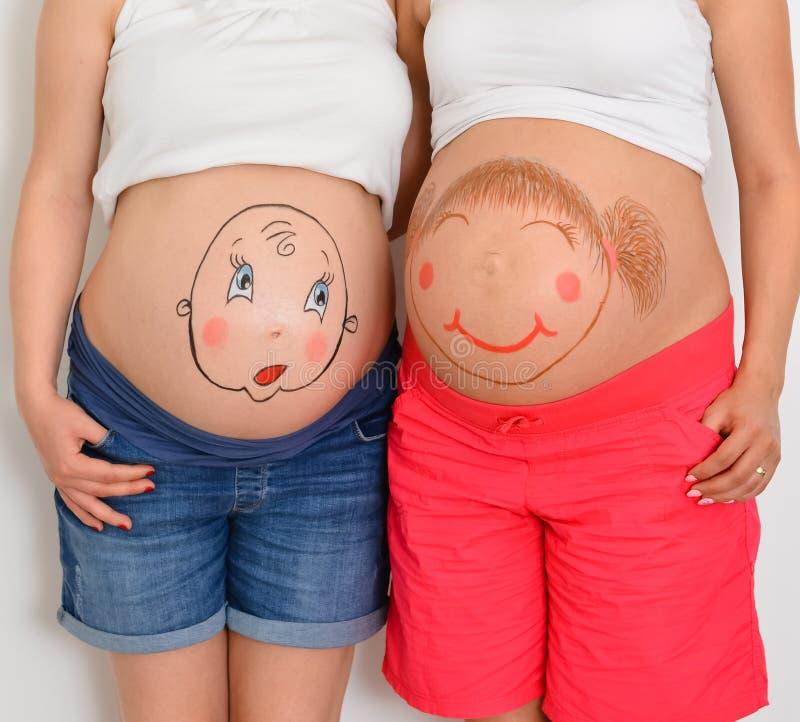 Tv? gravida systrar royaltyfri fotografi