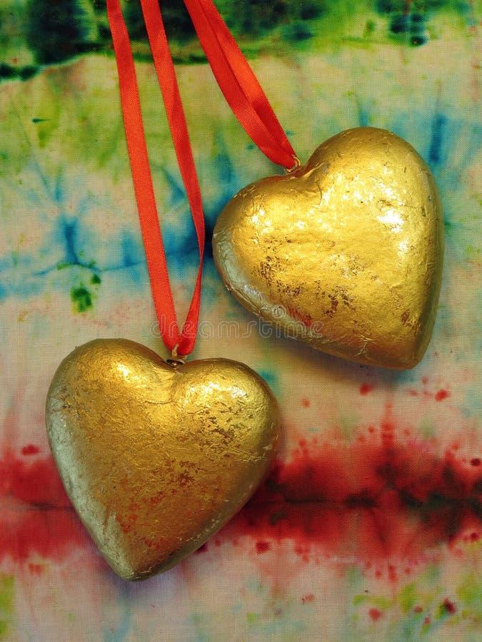Två guld- hjärtor royaltyfri bild