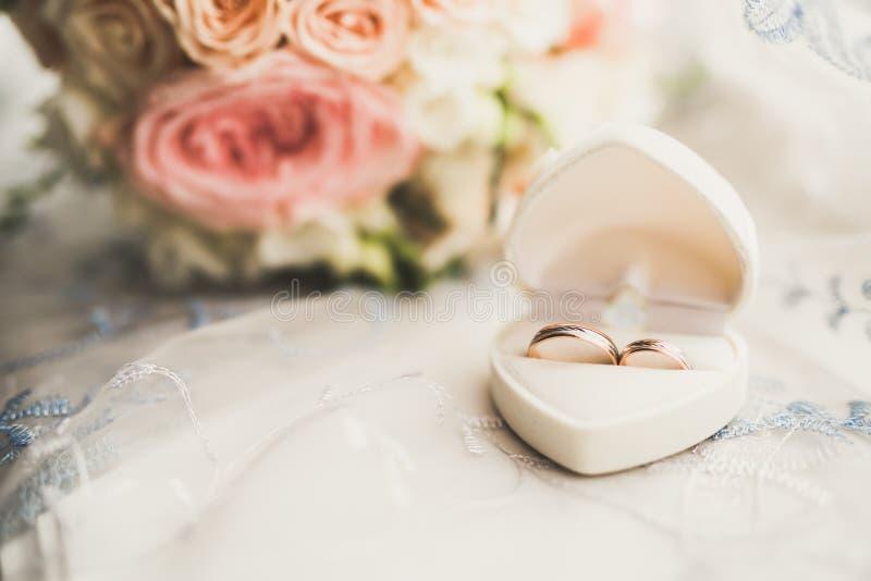 Två guldbröllopcirklar isolerade bakgrundsbegrepp arkivbild