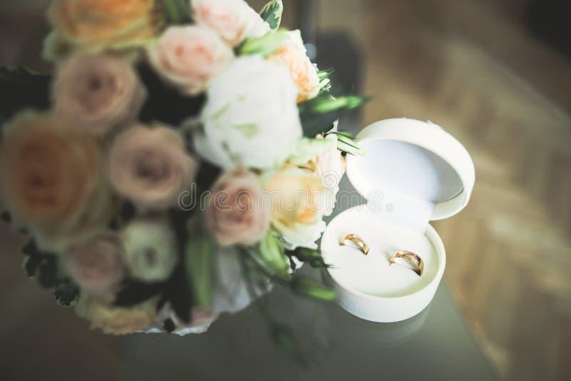 Två guldbröllopcirklar isolerade bakgrundsbegrepp royaltyfri bild