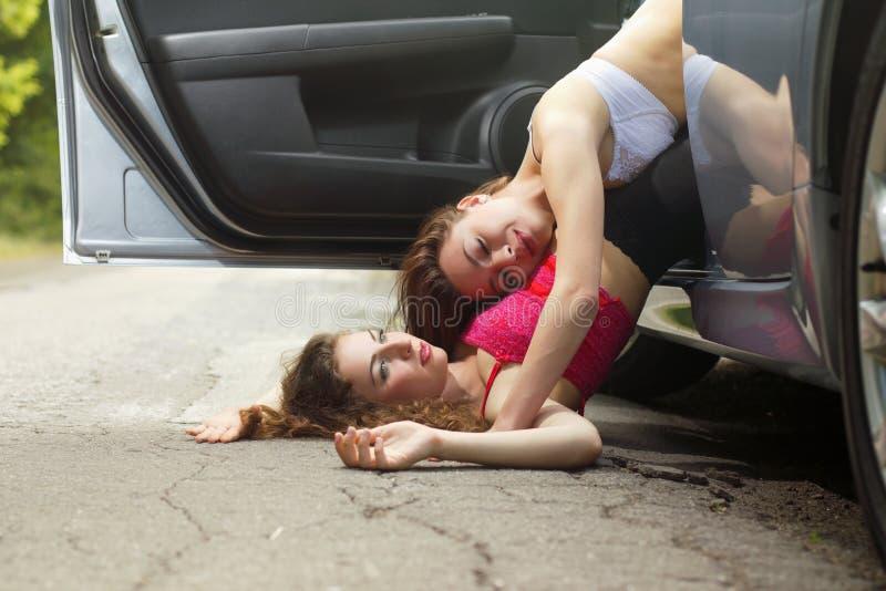 Download Två Gulliga Sexiga Unga Kvinnor Arkivfoto - Bild av utomhus, lady: 37345102