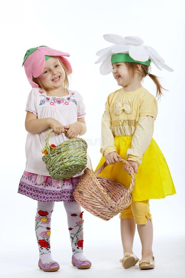 Två gulliga små flickor med shoppingpåsar arkivfoto