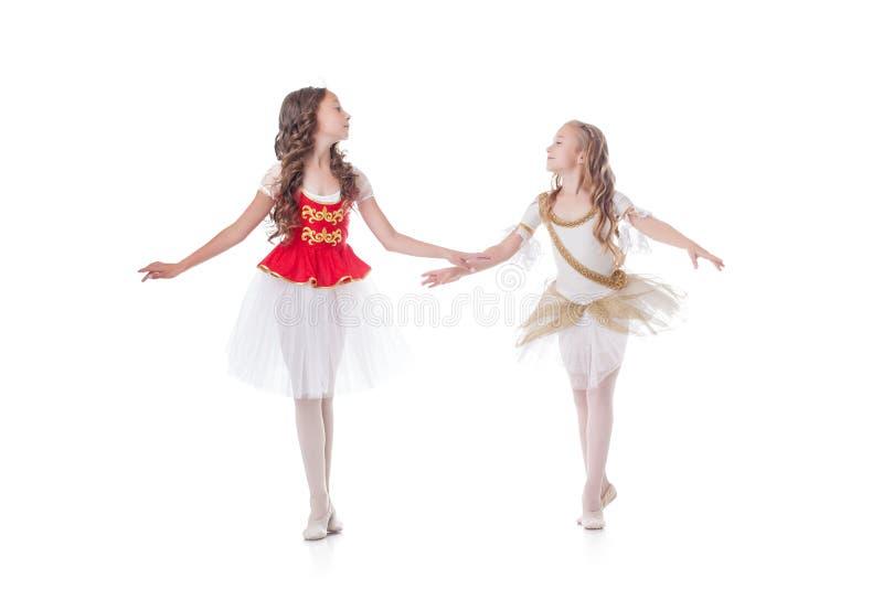 Två gulliga unga ballerina som ser de arkivfoto