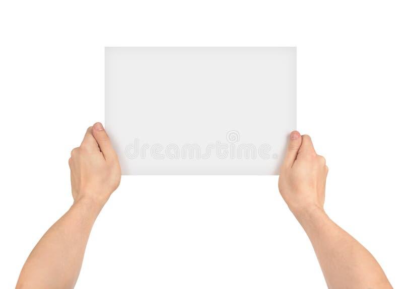 Två händer som rymmer det tomma stycket av papper royaltyfria foton