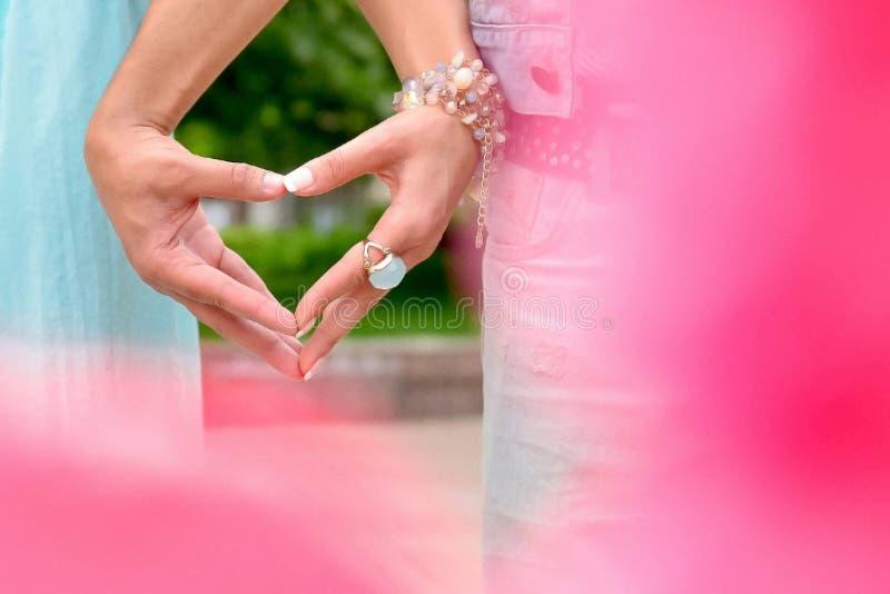 Två händer som rymmer ett hjärtasymbol fotografering för bildbyråer