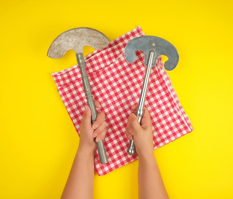 två händer som rymmer skarpa kökknivar för tappning för kött och grönsaker arkivbild