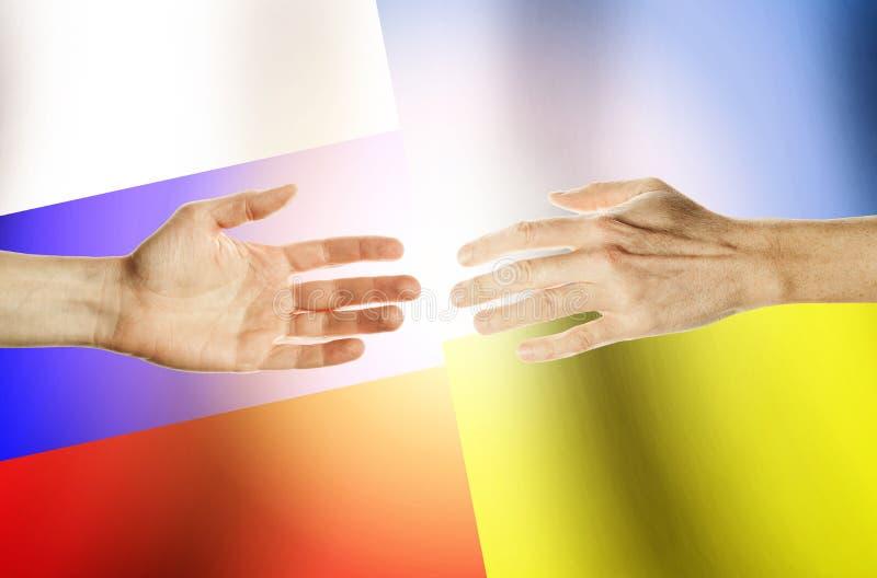 Två händer sträcker in mot de mot bakgrunden royaltyfri fotografi