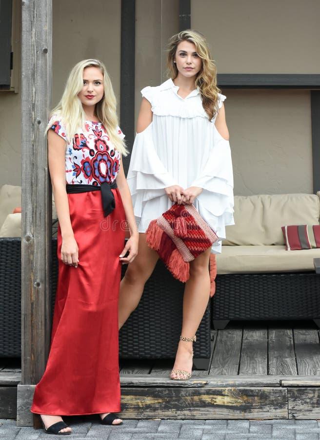 Två härliga blonda modemodeller under en Photoshoot arkivbilder