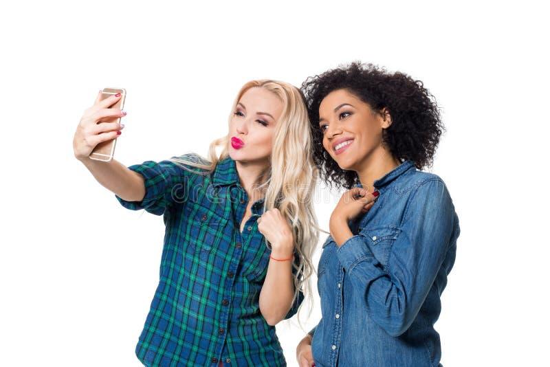 Två härliga flickor som gör selfie arkivfoto