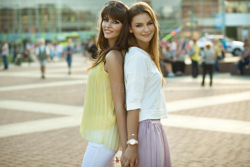 Två härliga kvinnor fotografering för bildbyråer
