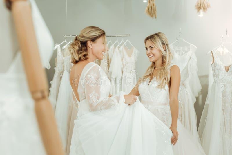 Två härliga kvinnor som möter i en gifta sig salong royaltyfri fotografi