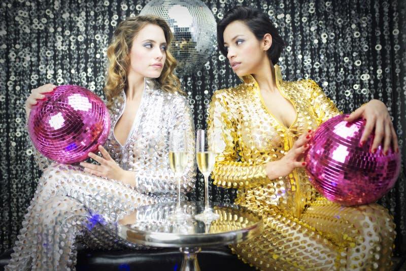 Två härliga sexiga diskokvinnor royaltyfri bild