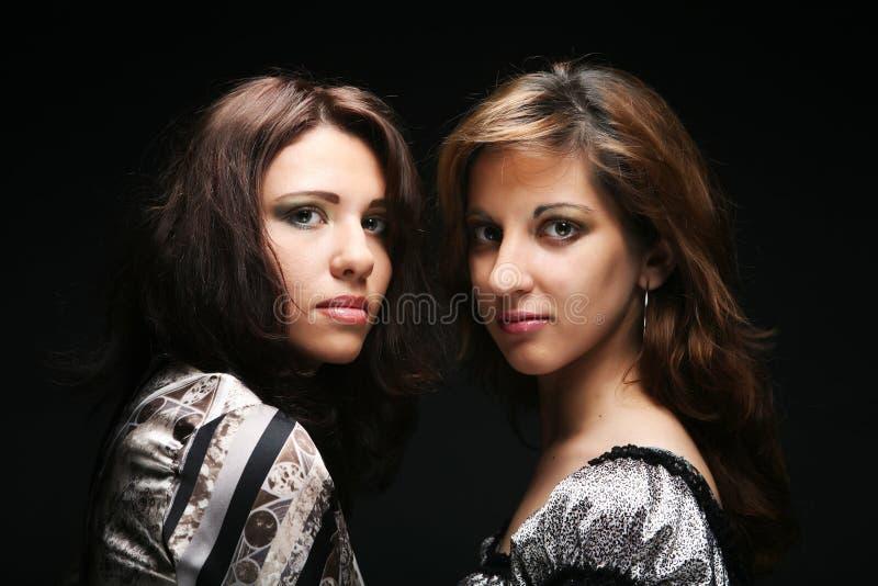Två härliga slanka sexiga unga flickor arkivfoton