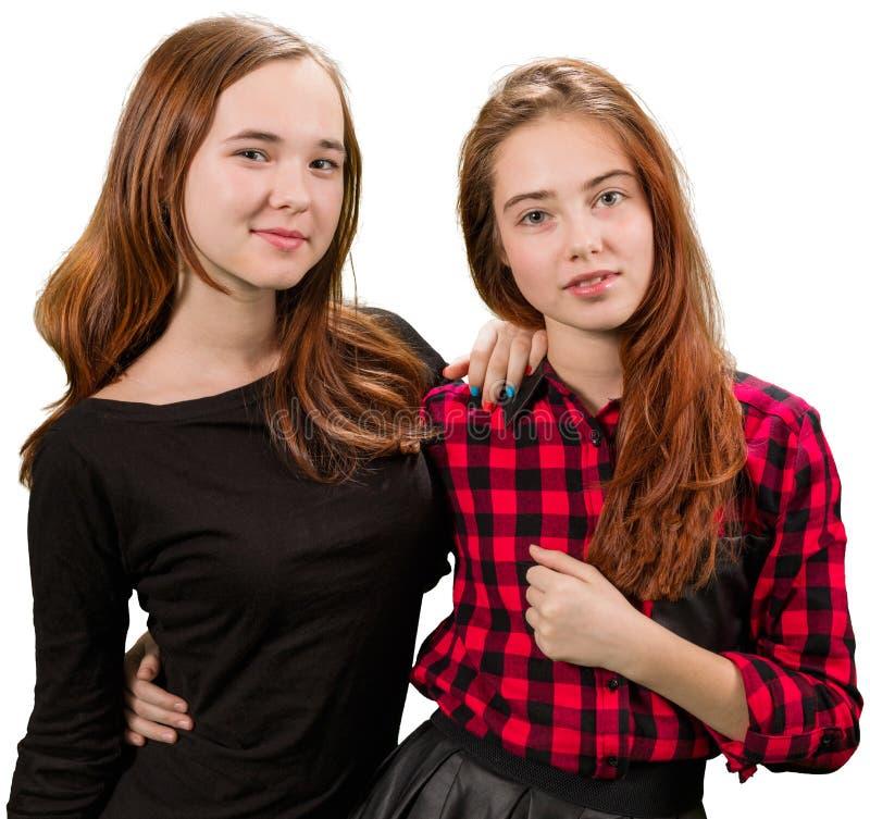 Två härliga tonåriga flickor i röd och svart kläder arkivfoton
