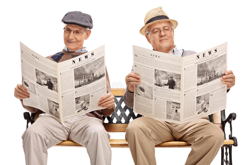 Två höga gentlemän som läser tidningar royaltyfri fotografi