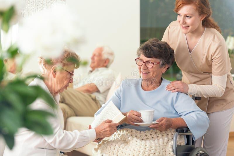 Två höga pensionärer som tillsammans tycker om deras insid för fritid fotografering för bildbyråer