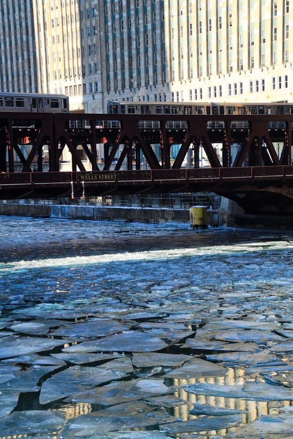Två höjde drev arga Chicago River för `-el-` under morgonrusningstiden på ett frigitt, vintermorgon i Chicago royaltyfri fotografi
