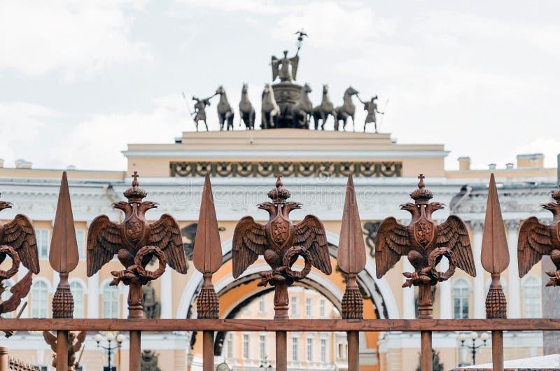 Två-hövdade örnar på staketet runt om pelaren av Alexandria, på slottfyrkant i St Petersburg fotografering för bildbyråer