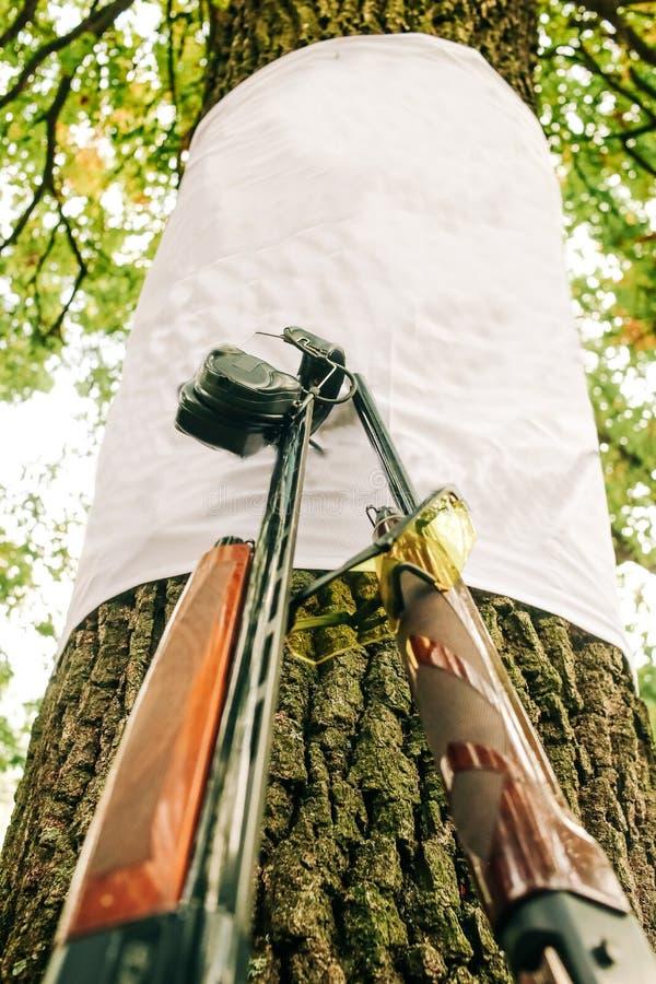 Två hagelgevärtillbehörsportar som skjuter vapen arkivbilder