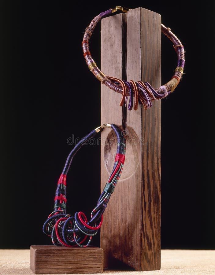 Två halsband på träblock arkivbilder