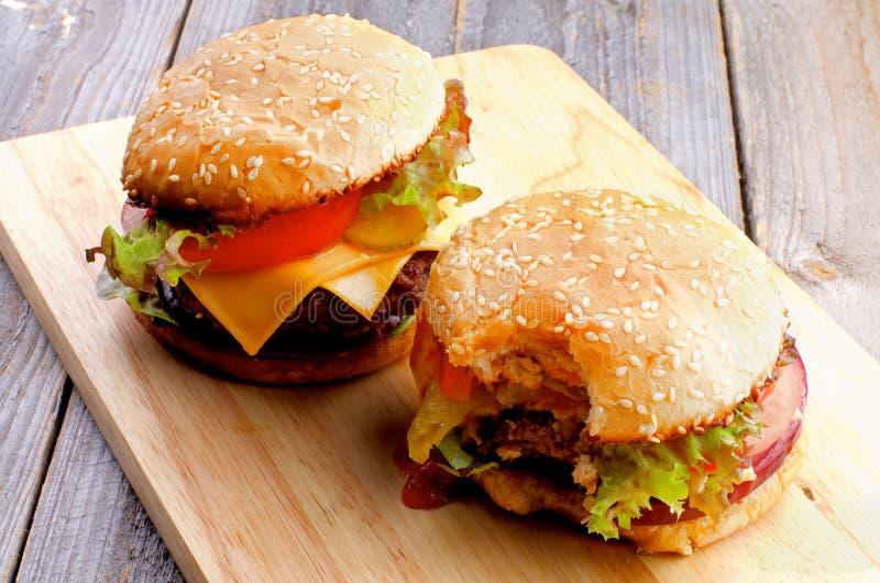 Två hamburgare royaltyfri foto