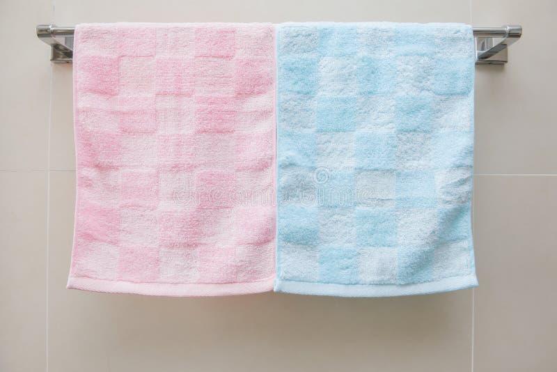 Två handdukar och hylla royaltyfri fotografi