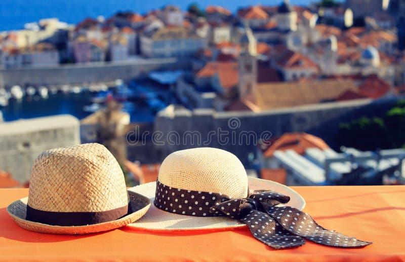 Två hattar på semestern i Europa, romantiskt lopp fotografering för bildbyråer