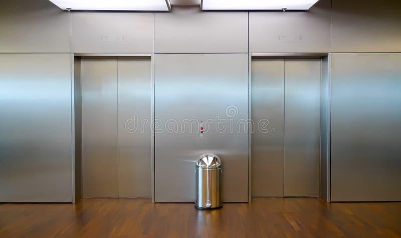 Två hissdörrar royaltyfria foton