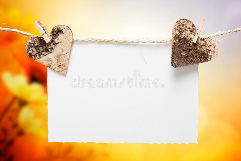 Två hjärtor på en linje med det tomma stycket av papper arkivfoto