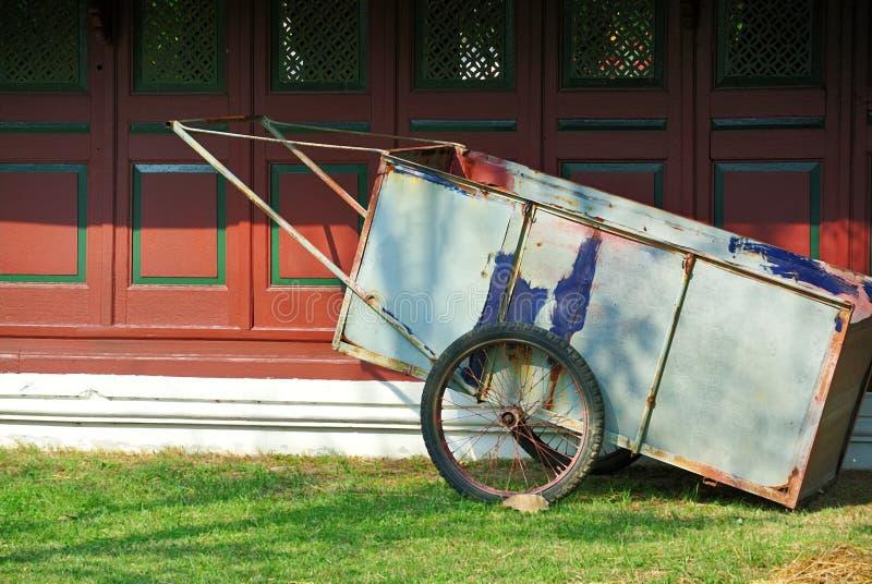 Två-hjul Pushvagn för att arbeta i trädgården arbete arkivfoto