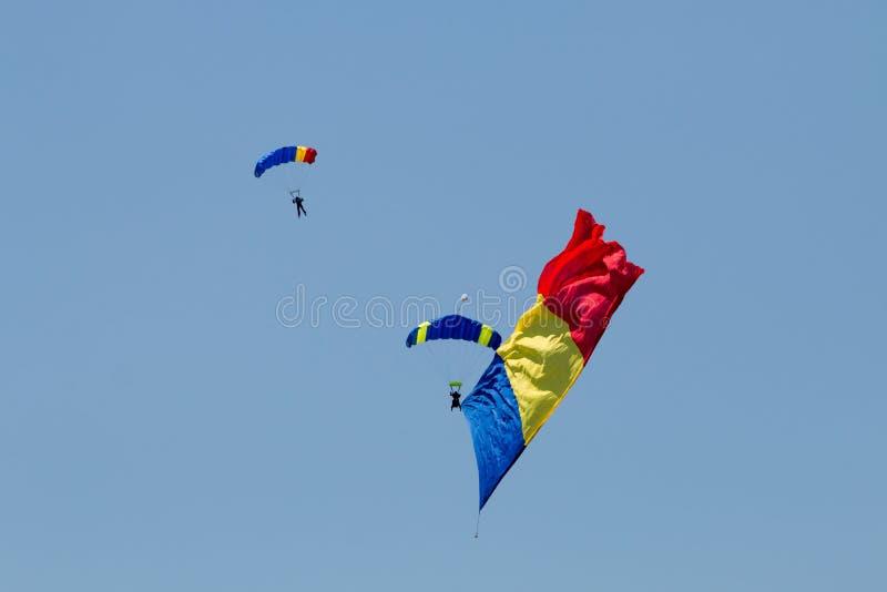 Två hoppa fallskärm att bära flaggan royaltyfri fotografi