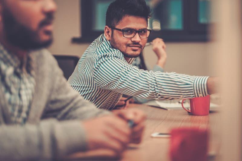 Två idérika grabbar som diskuterar projekt arkivfoton