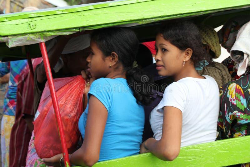 Två indonesiska kvinnor som använder lokaltransport vid Charriot i Kuta L royaltyfri foto
