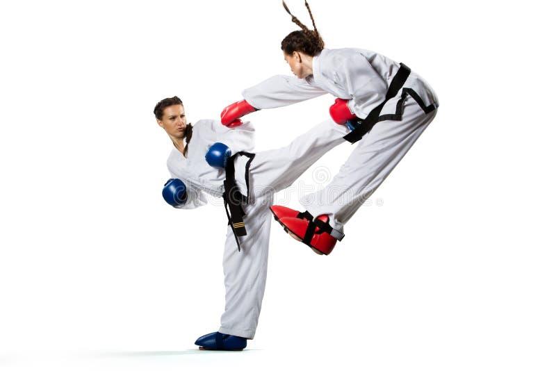 Två isolerade yrkesmässiga kvinnliga karatekämpar royaltyfri bild