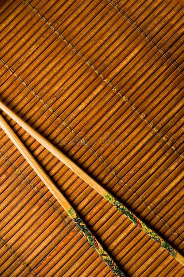 Japanska kotlettpinnar på bambu royaltyfri bild
