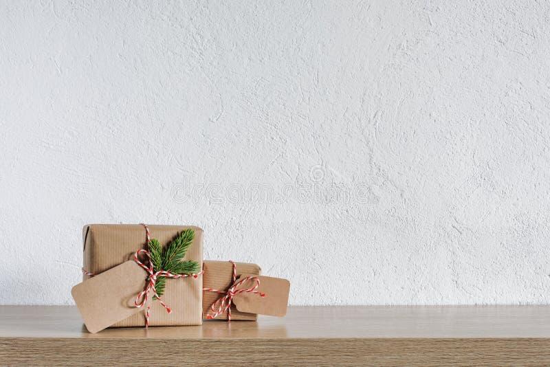 Två julgåvagåvor som slås in i lantligt papper arkivfoton