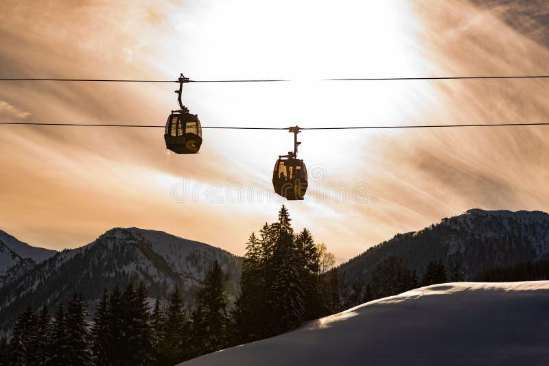 Två kabelbilar, gondol av Planaien som är västra i Planai & Hochwurzen Hjärta av den Schladming-Dachstein regionen, Styria, Öster royaltyfri foto