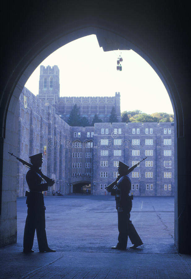 Två kadetter som patrullerar, West Point militärhögskola, West Point, New York arkivfoton