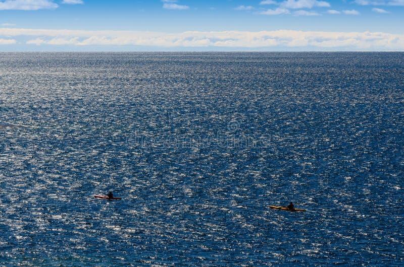 Två kajaker på en stor sjö royaltyfria foton