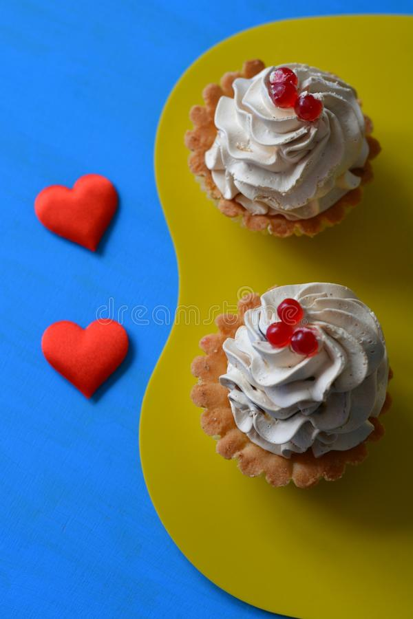 Två kakor och röda hjärtor royaltyfri bild