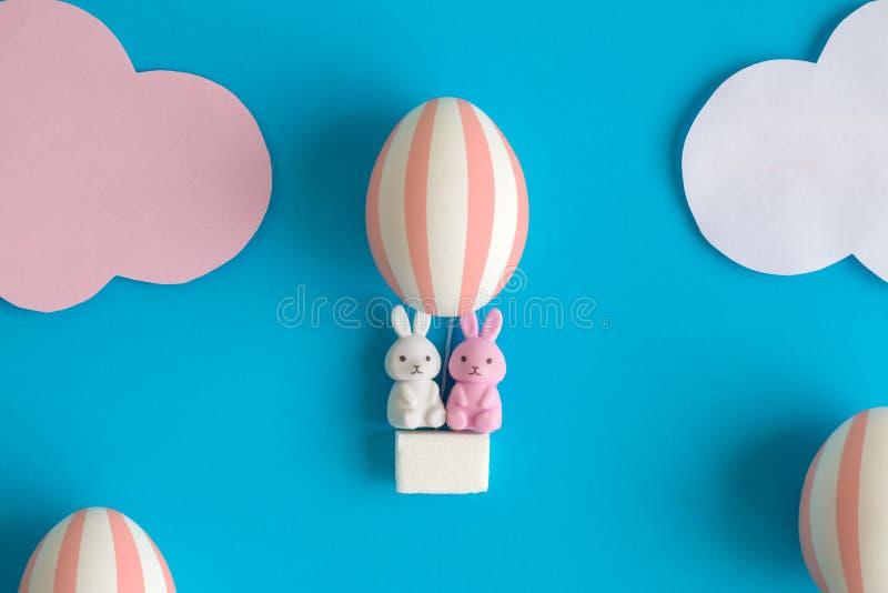 Två kaninleksaker i äggballongeaster abstrakt begrepp arkivbild