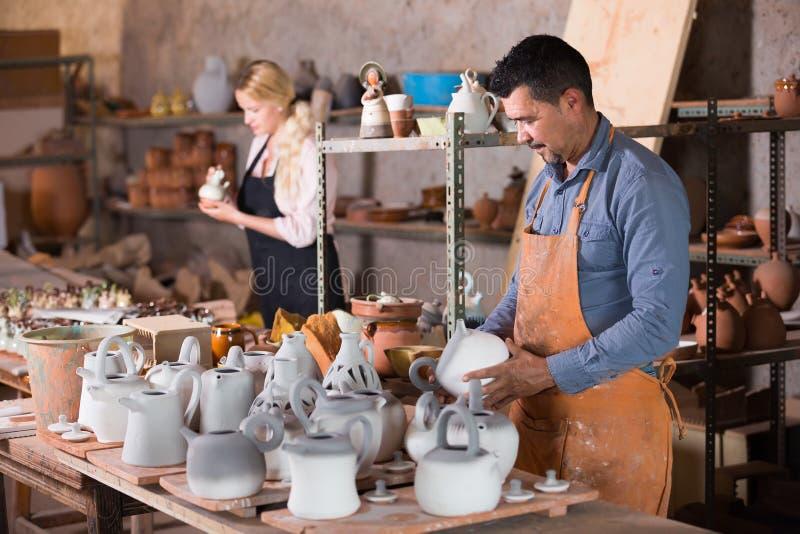 Två keramiker som arbetar i seminarium royaltyfria foton