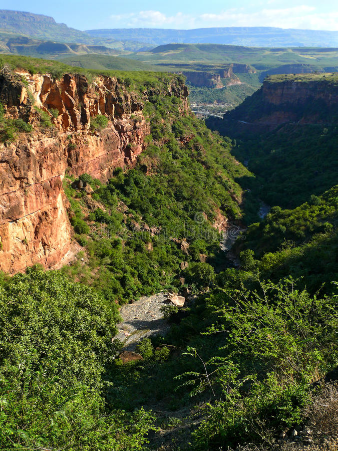 Två-kilometer nedstigning till kanjonen som är längst ner av vilket flödar royaltyfria bilder