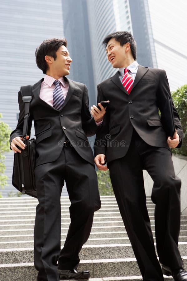 Två kinesiska affärsmän som har diskussion royaltyfria bilder