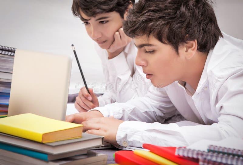 Två klasskompisar som gör läxa royaltyfria bilder